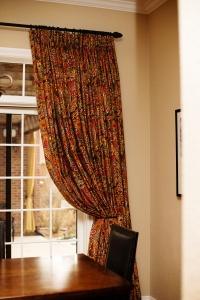 gwen curtain